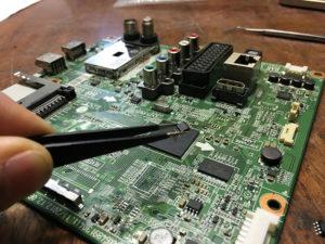 Иногда процессор, установленный в ТВ, выходит из строя и техника перестает включаться