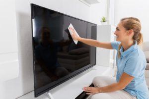 Протирать экран лучше легкими круговыми движениями