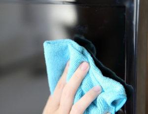 Не используйте моющие средства или влажные тканевые тряпки